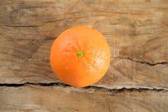 Tanjerina (tangerina) no fundo de madeira Fotos de Stock Royalty Free