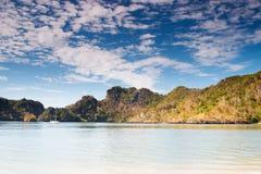 Tanjung Rhu, Langkawi-Seehügelhimmel lizenzfreie stockfotos
