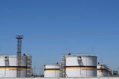 Tank het verticale staal Capaciteiten voor opslag van olieproducten Royalty-vrije Stock Foto's