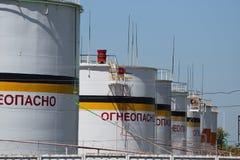 Tank het verticale staal Capaciteiten voor opslag van olieproducten Stock Foto