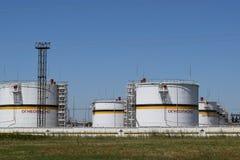 Tank het verticale staal Capaciteiten voor opslag van olieproducten Stock Fotografie