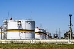 Tank het verticale staal Capaciteiten voor opslag van olieproducten Titel: brandbaar royalty-vrije stock afbeelding