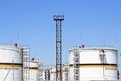 Tank het verticale staal Capaciteiten voor opslag van olieproducten Titel: brandbaar stock afbeelding