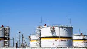 Tank het verticale staal Capaciteiten voor opslag van olieproducten Titel: brandbaar stock fotografie