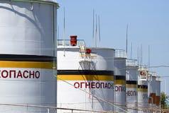 Tank het verticale staal Capaciteiten voor opslag van olieproducten Titel: brandbaar royalty-vrije stock afbeeldingen