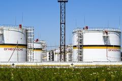 Tank het verticale staal Capaciteiten voor opslag van olieproducten Titel: brandbaar royalty-vrije stock foto's