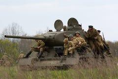 Tank met Russische militairen. Stock Foto's