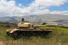 Tank op een vreedzame bloeiende helling royalty-vrije stock foto's