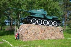 Tank t-34-85 op het podium Het monument bij de ingang aan de stad van Oude Russa, Novgorod-gebied Stock Afbeeldingen