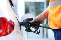 Tanka bilen med bensin Arkivbilder