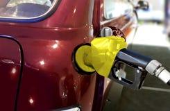 Tanka bilen med bensin på pumpstationen Arkivfoto