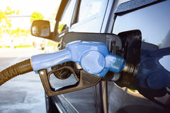 Tanka bilen på bensinpumpen Fotografering för Bildbyråer