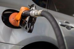 Tanka bilen på bensinstationen Royaltyfri Bild