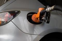 Tanka bilen på bensinstationen Royaltyfri Fotografi