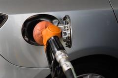 Tanka bilen på bensinstationen Fotografering för Bildbyråer