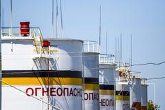 Tanka det vertikala stålet Kapacitetar för lagring av olje- produkter Överskrift: brännbart Royaltyfria Bilder