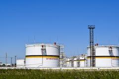 Tanka det vertikala stålet Kapacitetar för lagring av olje- produkter Överskrift: brännbart Arkivbild