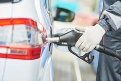 Tanka diesel- bränsle in i bilen på bensinstationen Arkivfoto