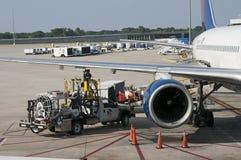 Tanka en passagerarestråle på flygplatsförklädet Fotografering för Bildbyråer
