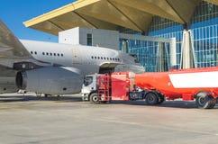 Tanka flygplanet, flygplansunderhållbränsle på flygplatsen Arkivfoto