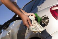 Tanka medel på bensinstationen Royaltyfria Foton