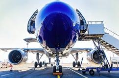 Tanka och final som kontrollerar flygplan, innan att ta av Royaltyfria Foton