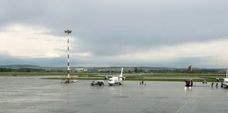 Tanka och linje serva för underhåll av nivåer på Koltsovo den internationella flygplatsen arkivbild