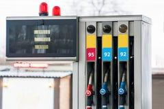 Tanka pumpar på Petrol posterar royaltyfri bild