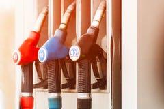 Tanka pumpar på Petrol posterar royaltyfri foto