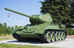 Tanka T34-85 som utomlands monteras på den minnes- `-Pulkovo `en, petersburg saint Arkivbild