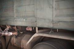 Tanka upp en lastbil för frakttransport Arkivfoton
