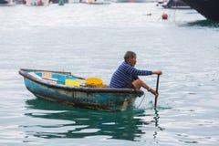 Tankaman i en kanot i hamnen av Aberdeen, Hong Kong Royaltyfri Bild