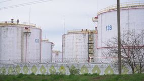 Tankar för stora oljor i ett raffinaderi stock video