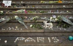 Tankar på en vägg om Paris bombimg Arkivfoton