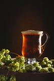 Tankard en verre antique rempli de bière anglaise Photographie stock libre de droits
