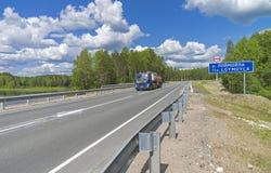 Tankbil på bron över floden Loymoyla juni södra fotografering för bildbyråer