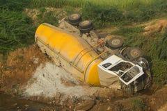 Tankbil som klibbas i flodgropen, Indien Arkivbild
