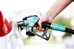 Tanken Sie Auto mit Treibstoff wieder Stockfotos