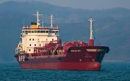 Tanker Crystal East in de wegen wordt verankerd die De Baai van Nakhodka Van het oosten (Japan) het Overzees 19 04 2014 Stock Foto