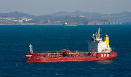 Tanker Crystal West in de wegen wordt verankerd die De Baai van Nakhodka Van het oosten (Japan) het Overzees 18 02 2014 Royalty-vrije Stock Afbeeldingen
