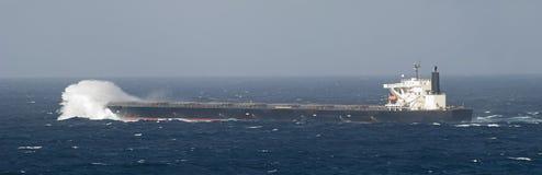Tanker in dem Meer, das durch Wellen bricht Lizenzfreie Stockfotos