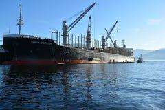 Tanker, der auf Fracht nimmt Lizenzfreie Stockfotografie