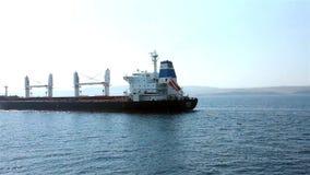 Tanker, der auf Meer schwimmt stock video footage