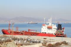 Tanker, der an der alten Verankerungs- steht Lizenzfreie Stockbilder