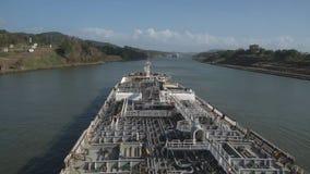 Tanker, der durch den Panamakanal fortfährt stock video footage