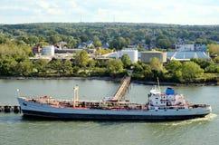 Tanker, der ihre Fracht, Bayonne in New-Jersey nimmt lizenzfreies stockfoto