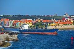 Tanker die Curacao verlaten royalty-vrije stock afbeeldingen
