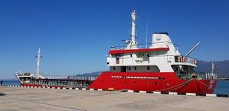 Tanker die op lading in haven wachten Royalty-vrije Stock Foto