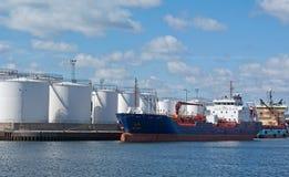 Tanker durch Kaianlagen storeage Becken Stockbild