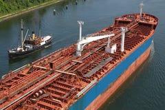 Tanker en stoomboot op Kiel Canal Stock Afbeeldingen